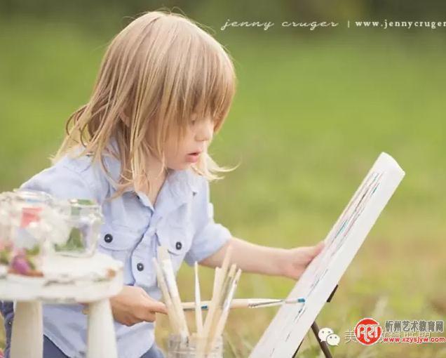 家長如何指導小孩學畫畫 讓小孩子學畫畫的好處非常多,一可以激發小孩子的想象力,二可以讓小孩子對生活的美有更多的認識。學畫畫有這么多的好處,要如何指導小孩子學畫畫呢? 一、鼓勵是第一位的 小孩子學畫畫最需要的是認同和鼓勵,一是因為他們的技能很淺,沒有辦法做到成人的標準。